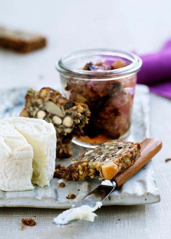 Blød ost med bagt rabarberkompot og palæo-'rugbrød'