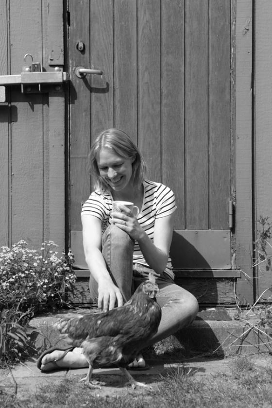 En kop te og en snak med en høne er bedre end selvbebrejdelse i kampen mod de voksende bunker. Foto: Line Thit Klein
