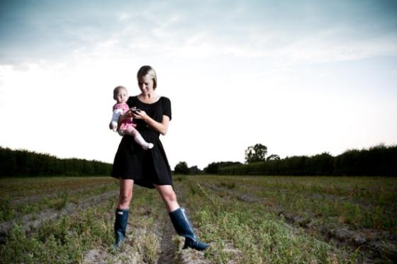 Fra dengang, jeg syntes det var cool at slæbe min baby med rundt til fotoshoot og så kunne jeg jo lige tjekke mails og råvareudvalg til min grønthandel samtidig. I dag kan jeg bedre lide singletasking. Foto: Mads Eneqvist